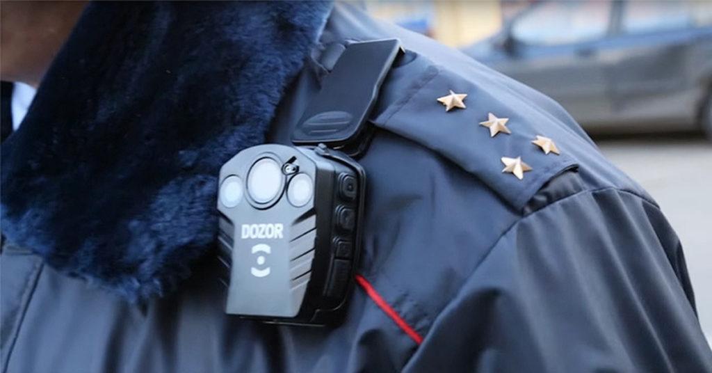 полицейский с видеорегистратором